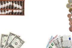 Mischung der Banknote und der Münze mit Abakus Stockbilder