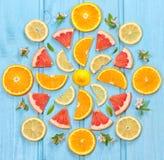 Mischung der bunten Zitrusfrucht auf blauem Hintergrund Lizenzfreie Stockfotografie