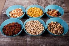 Mischung der köstlichen unterschiedlichen Art der Nüsse in den Schüsseln Lizenzfreie Stockfotografie