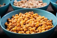Mischung der köstlichen unterschiedlichen Art der Nüsse in den Schüsseln Lizenzfreies Stockfoto