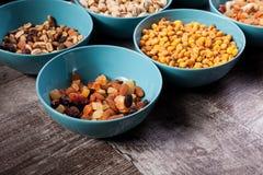Mischung der köstlichen unterschiedlichen Art der Nüsse in den Schüsseln Lizenzfreies Stockbild