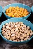 Mischung der köstlichen unterschiedlichen Art der Nüsse in den Schüsseln Stockfotos
