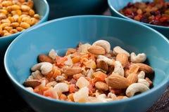 Mischung der köstlichen unterschiedlichen Art der Nüsse in den Schüsseln Stockbild
