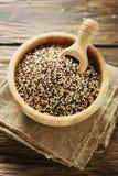 Mischung der rohen roten, weißen und schwarzen Quinoa auf thw Holztisch Stockfoto