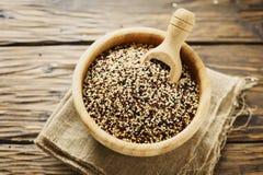 Mischung der rohen roten, weißen und schwarzen Quinoa auf thw Holztisch Lizenzfreie Stockfotografie