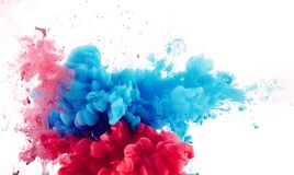 Mischung der roten und blauen Tinte spritzt lizenzfreies stockfoto