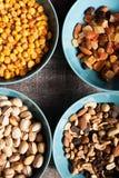 Mischung der unterschiedlichen Art der Nüsse in den blauen Schüsseln Stockfoto
