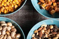 Mischung der unterschiedlichen Art der Nüsse in den blauen Schüsseln Stockbilder