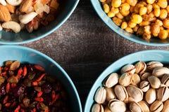 Mischung der unterschiedlichen Art der Nüsse in den Schüsseln Lizenzfreies Stockfoto