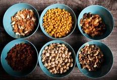 Mischung der unterschiedlichen Art der Nüsse in den Schüsseln Stockfotos
