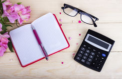 Mischung des Büroartikels und der Geräte auf einem weißen Holztischhintergrund stockfotografie