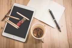 Mischung des Büroartikels, der leeren Kaffeetasse und der Tablette Stockbild