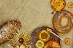 Mischung des Brotes auf dem Sackleinenhintergrund Lizenzfreie Stockfotografie