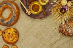 Mischung des Brotes auf dem Sackleinenhintergrund Stockfotos