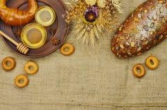 Mischung des Brotes auf dem Sackleinenhintergrund Lizenzfreies Stockfoto