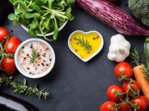 Mischung des rohen Gemüses mit Salz, Gewürze auf Dunkelheit Stockbilder