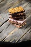 Mischung des süßen Schweizer choccolate auf dem Holztisch Stockfotos