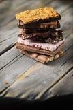 Mischung des süßen Schweizer choccolate auf dem Holztisch Stockfotografie