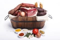Mischung tradicional portugiesischen Lebensmittels auf einem Korb Stockbilder