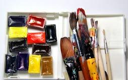 Mischung von Aquarellen und von Malerpinseln Lizenzfreies Stockfoto