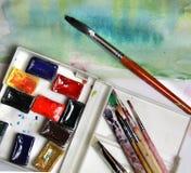 Mischung von Aquarellen und von Malerpinseln Lizenzfreie Stockfotografie