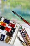 Mischung von Aquarellen und von Malerpinseln Lizenzfreie Stockfotos