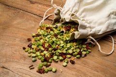 Mischung von Bohnensamen mit Gewürzen für das Kochen der Suppe lizenzfreie stockfotografie