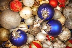 Mischung von bunten Weihnachtsbällen stockfotos