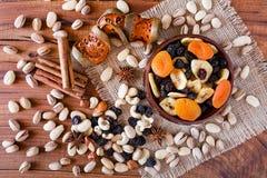 Mischung von den Trockenfrüchten und von Nüssen gesehen von oben stockfotos