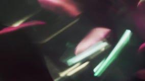 Mischung von den verschiedenen bunten Partikeln, die in die Dunkelheit schwimmen Futuristisches bokeh stock footage