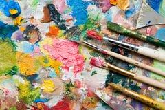 Mischung von Farben und von Malerpinseln Stockfoto