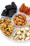 Mischung von Früchten und von Nüssen auf einem Behälter lokalisiert auf Weiß Stockfoto