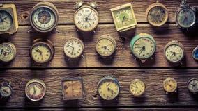 Mischung von gealterten Uhren auf der hölzernen Wand lizenzfreies stockfoto