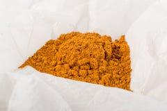 Mischung von indischen Gewürz-und Kraut-Pulvern im Papier stockbild