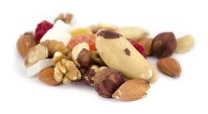 Mischung von Nüssen und von Trockenfrüchten auf einem weißen Hintergrund stockbild