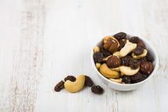 Mischung von Nüssen und von Trockenfrüchten auf einem Holztisch Stockfotografie