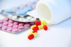 Mischung von Pillen und von Tabletten auf dem Tisch Stockfotos