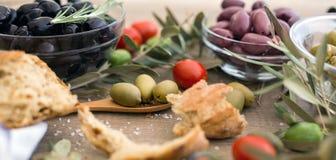 Mischung von sortierten ganzen griechischen Oliven lizenzfreie stockfotos
