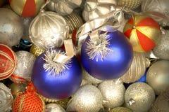 Mischung von weißen, blauen und goldenen roten Weihnachtsbällen stockfotografie