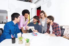 Mischungs-Rassengruppe-Wirtschaftlerdesigner des Leutebüros verschiedene Lizenzfreies Stockfoto