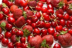 Mischungsbeere: Kirsche und Erdbeere Lizenzfreie Stockfotos