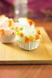 Mischungsfruchtmuffins auf Tabelle Lizenzfreie Stockfotografie