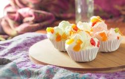 Mischungsfruchtmuffins auf Tabelle Stockbild