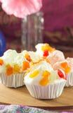 Mischungsfruchtmuffins auf Tabelle Lizenzfreie Stockfotos