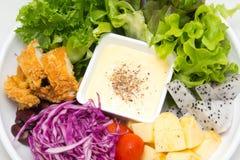 Mischungsobstsalat mit gebratenem Huhn Lizenzfreies Stockfoto