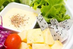 Mischungsobstsalat mit gebratenem Huhn Stockbild