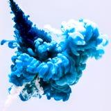 Mischungsvorgangfarben im Wasser, farbige Tintenwolke, abstrakter Hintergrund Lizenzfreie Stockfotos