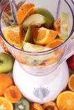 Mischvorrichtung mit Frucht lizenzfreies stockfoto