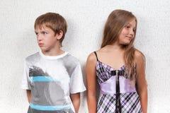 Miscommunication entre a menina e o menino bonitos. Fotografia de Stock