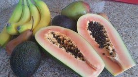 Miscuglio della frutta con la papaia divisa in due Fotografie Stock